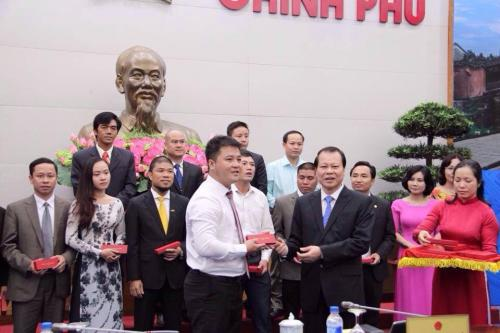 Hạt điều Gia Bảo đón nhận quà vinh danh từ phó thủ tướng Vương Đình Huệ.